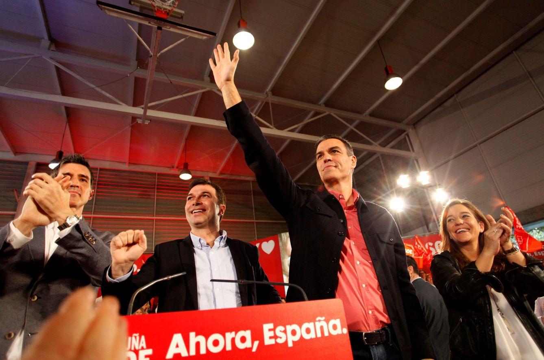 Foto: Pedro Sánchez, flanqueado por Gonzalo Caballero, líder del PSdeG-PSOE, e Inés Rey, alcaldesa de A Coruña, este 27 de octubre en la ciudad gallega. (EFE)