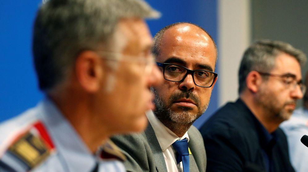 Foto: El 'coseller' de Interior, Miquel Buch (c), el director general de Policía, Andreu Martínez (d), y el jefe de los Mossos d'Esquadra, Miquel Esquius (i). (EFE)