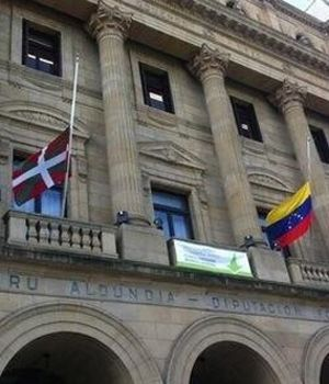 Bildu coloca una bandera venezolana a media asta en la Diputación de Guipúzcoa