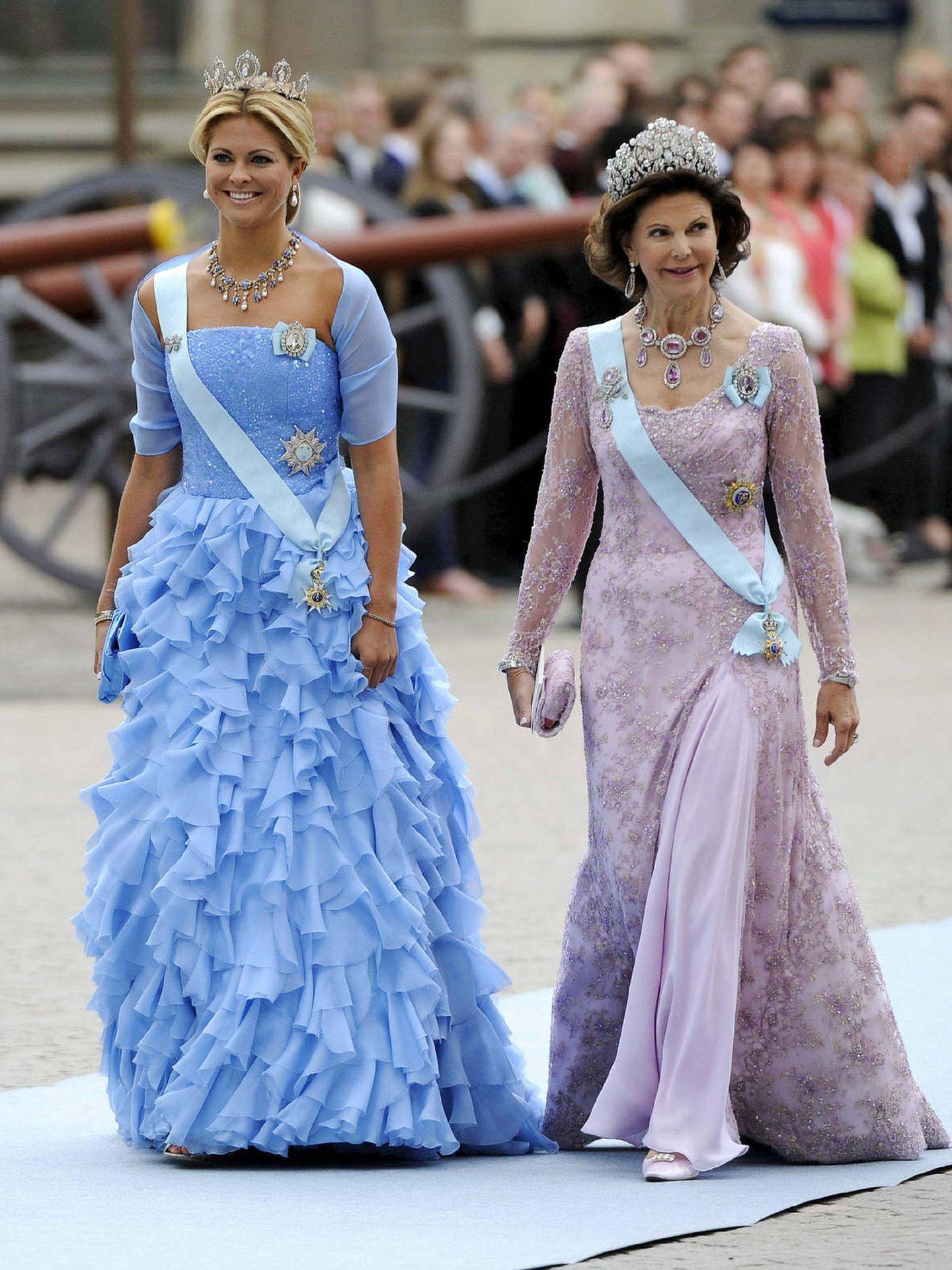 Magdalena de Suecia y su madre, la reina Sylvia, llegando a la boda de Victoria. (EFE)