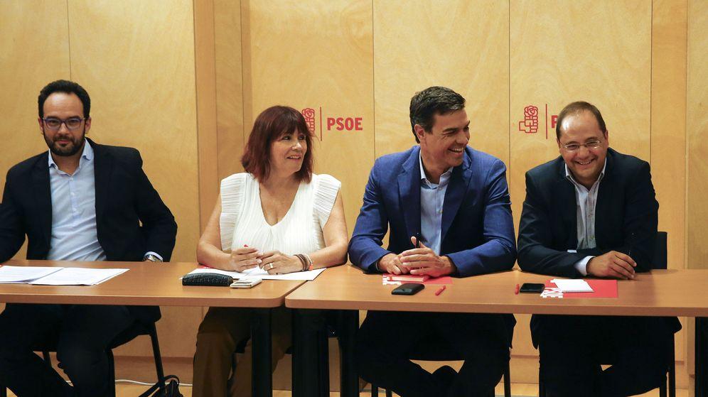 Foto: El secretario general del PSOE, Pedro Sánchez (2d), junto a la presidenta, Micaela Navarro (2i); el secretario de Organización, César Luena (d), y el portavoz parlamentario, Antonio Hernando (i), durante la reunión de la Ejecutiva. (EFE)