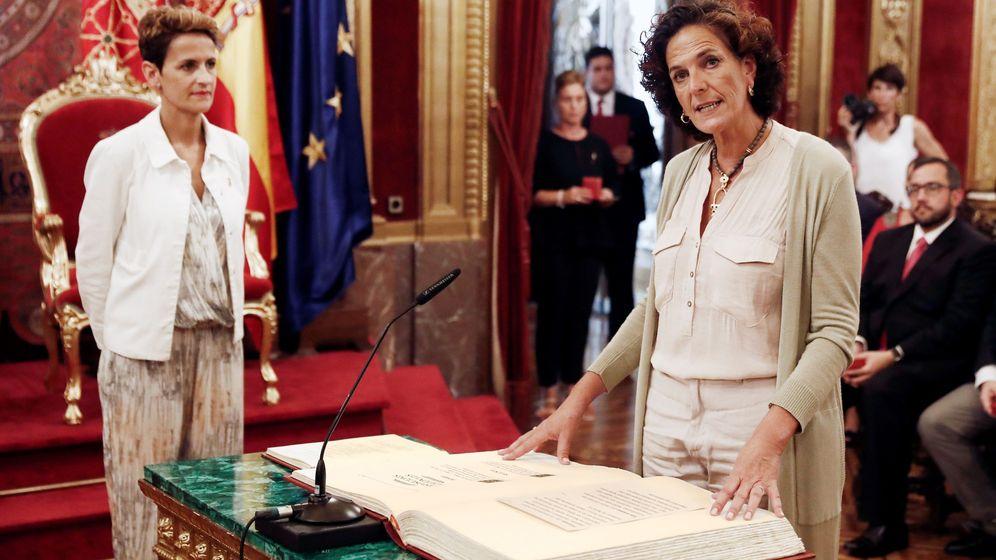 Foto: La presidenta del Gobierno de Navarra, María Chivite (i), durante la toma de posesión de Itziar Gómez (Geroa Bai) como consejera de Desarrollo Rural y Medio Ambiente. (EFE)