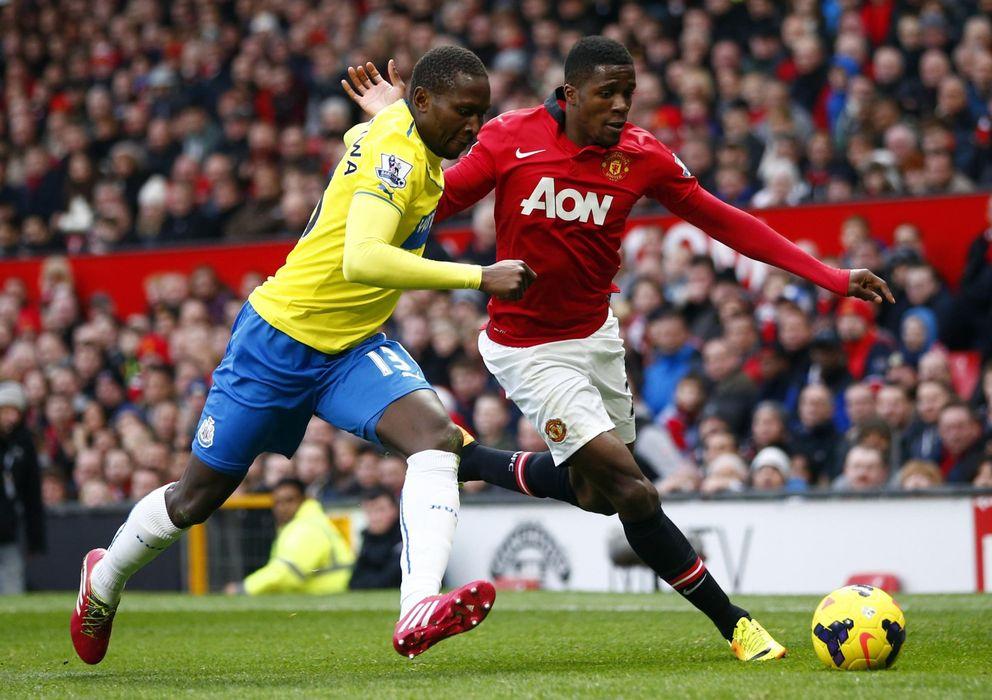 Foto: Wilfried Zaha (d) pelea por un balón con Mapou Yanga-Mbiwa (I), del Newcastle.