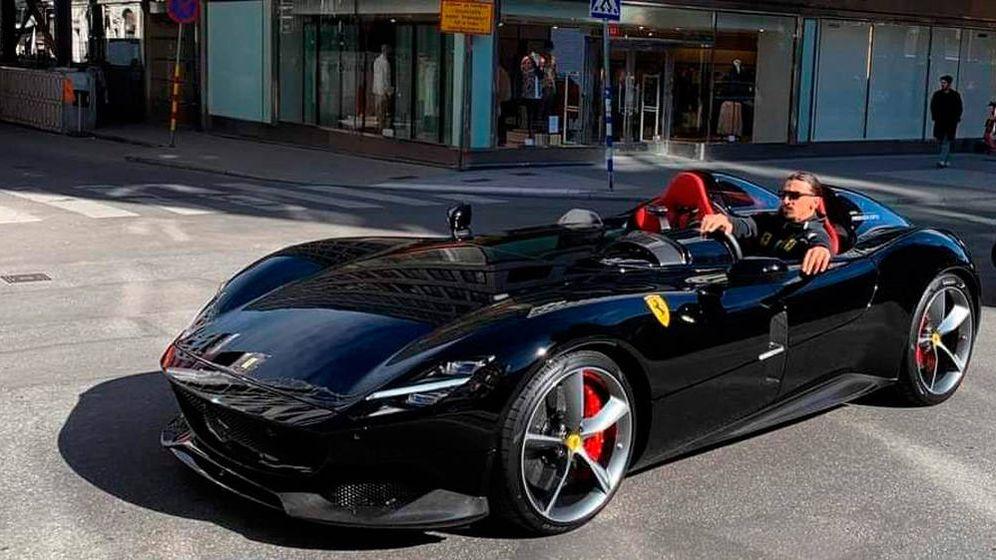 Foto: Ibrahimovic, a los mandos de su exclusivo Ferrari Monza SP2 (Foto: Twitter)