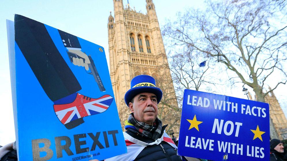 Foto: Un activista anti-Brexit protesta delante del Parlamento británico. (Reuters)