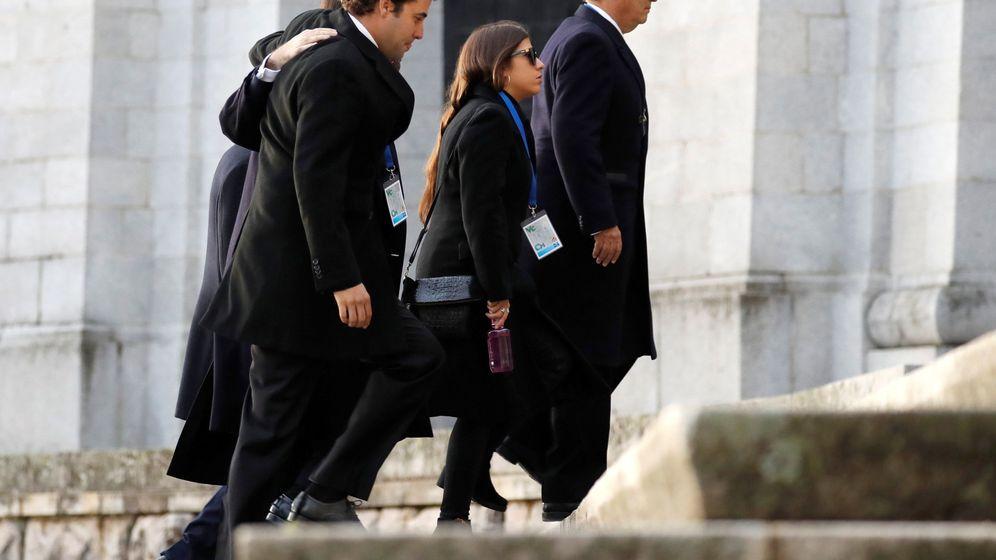 Foto: Los familiares de Franco, entrando en la basílica del Valle de los Caídos. (EFE)