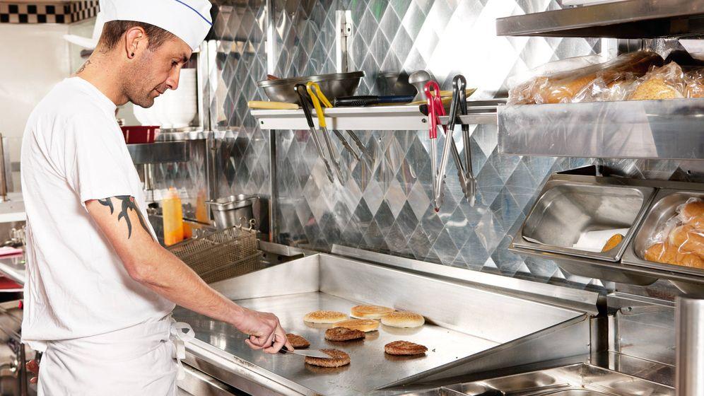 Foto: Un cocinero haciendo hamburguesas. (iStock)