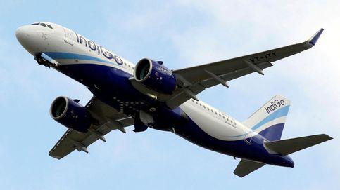 Expulsado de avión tras  intentar entrar a la cabina del piloto para cargar el móvil