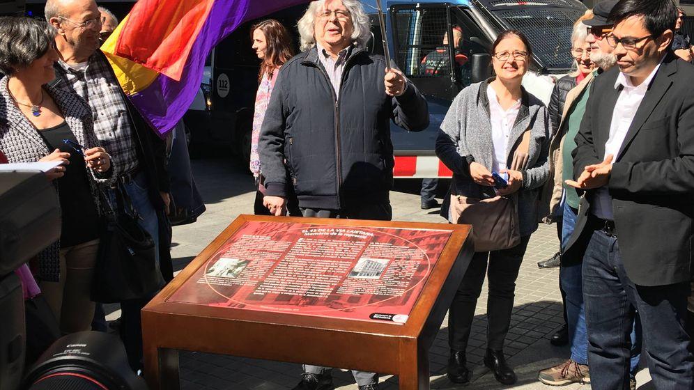 Foto: Pisarello (d) inaugura el cartel ante la sede de la Policía junto a Joan Carles Gallego (CCOO).
