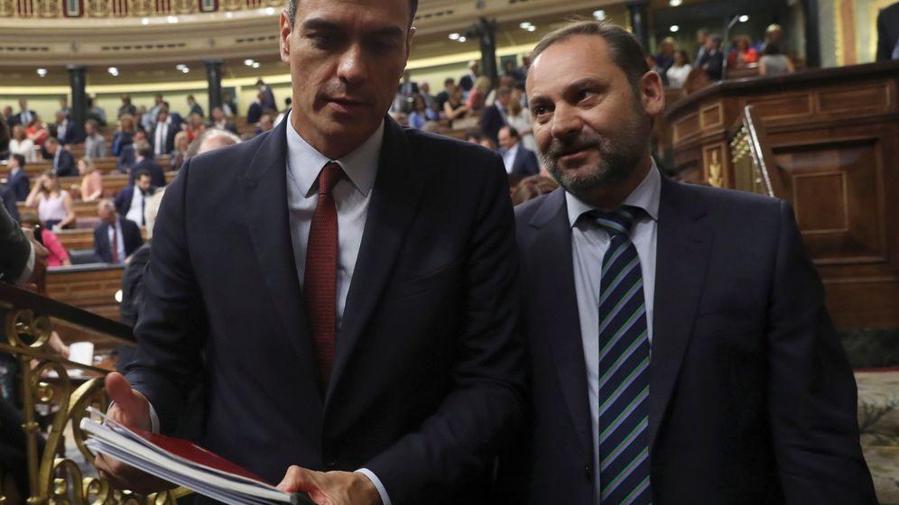Foto: Pedro Sánchez y José Luis Ábalos durante la sesión de investidura. (EFE)
