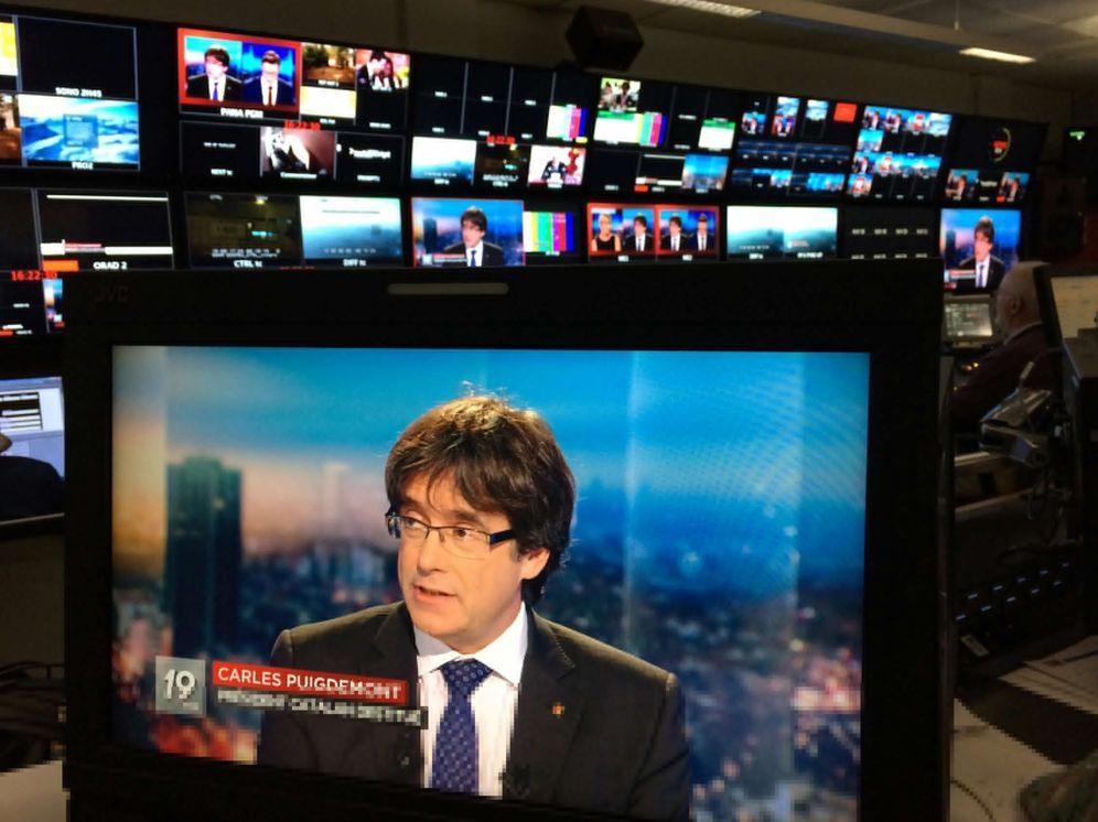 Foto: El expresidente de la Generalitat Carles Puigdemont en un monitor durante su entrevista con la televisión belga. (Reuters)