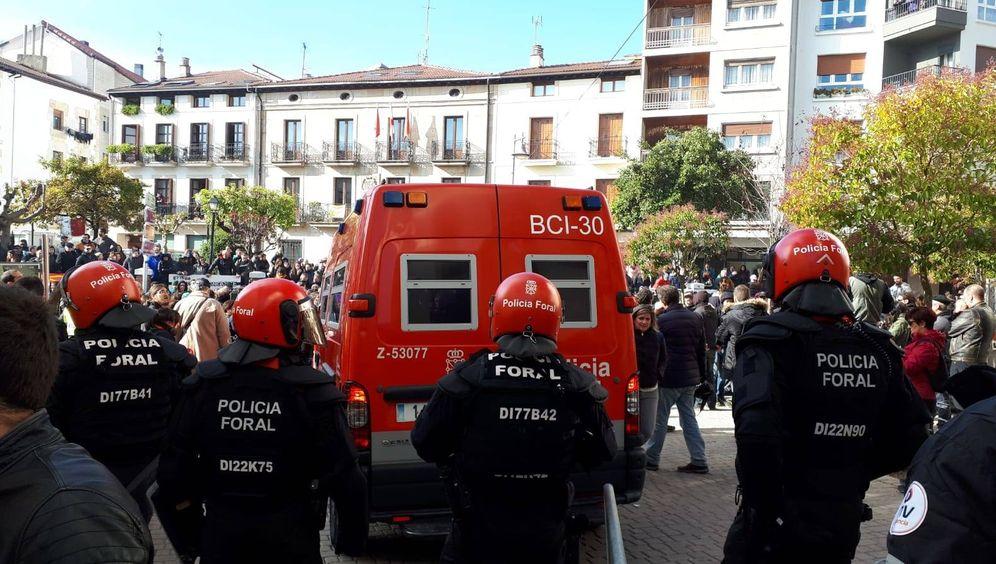 Foto: Un fuerte dispositivo policial ante la plaza de los Fueros de Alsasua, lugar de celebración del acto de Ciudadanos. (J.M.A)