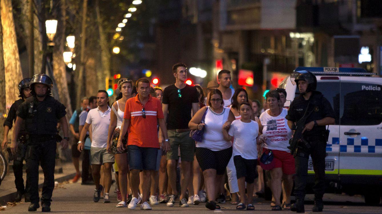 Caos en las Ramblas: Los extranjeros se pasan el teléfono unos a otros
