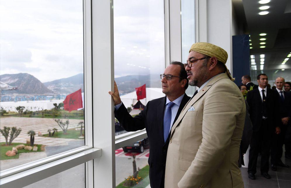 Foto: El presidente Hollande y el Rey Mohammed VI durante una visita oficial al puerto de Tánger, Marruecos (Reuters).