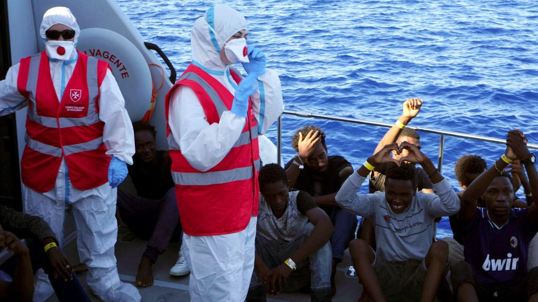 Foto: Varios de los menores que han sido evacuados este sábado del Open Arms para ser trasladados a Lampedusa. (EFE)