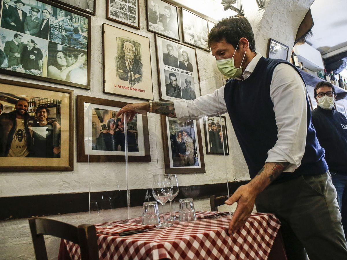 Foto: Pruebas para separar a los comensales en un típico restaurante italiano de Roma en Trastevere (EFE)