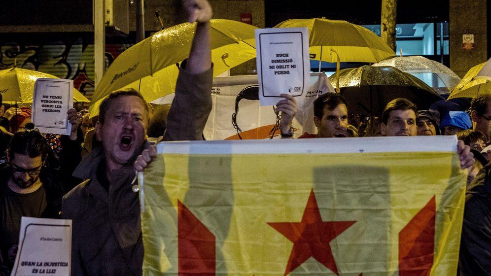 Foto: Miembros de los CDR protestan frente a la sede de Esquerra. (EFE)