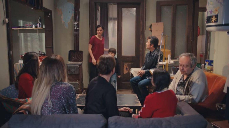 La familia y amigos en casa de Bahar. (Atresmedia)