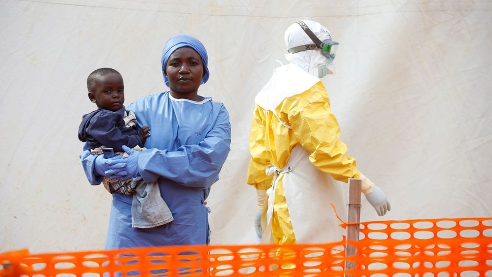 Foto: File photo: mwamini kahindo, an ebola survivor working as a caregiver to babies who are confirmed ebola cases, holds an infant outside the red zone at the ebola treatment centre in butembo