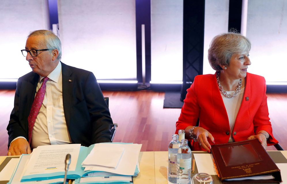 Foto: Juncker junto a la primera ministra británica, Theresa May, durante una cumbre europea en Salzburgo. (Reuters)