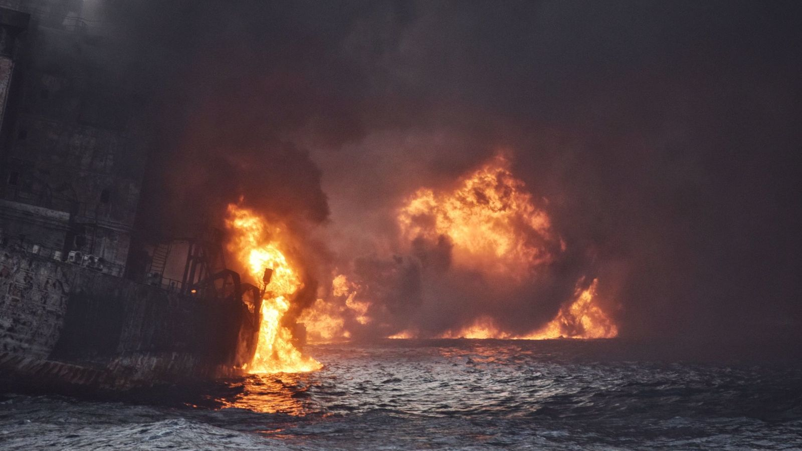 Foto: El Sanchi deja una mancha de petróleo de 18,5 kilómetros de largo (EFE)