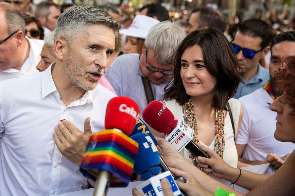 Foto: Los ministros del Interior y Sanidad, Fernando Grande-Marlaska y Carmen Montón, este 7 de julio en la manifestación en Madrid del Orgullo LGTB. (EFE)