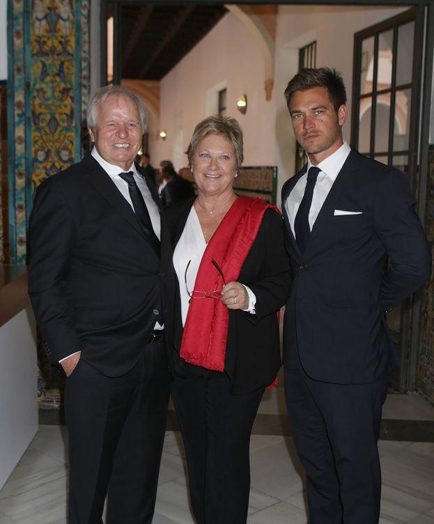 Foto: Julio Benítez con sus padres, Manuel Benítez y Martina Fraysse (Gtres)