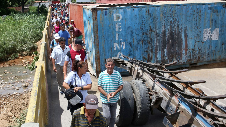 Personas cruzando la frontera colombo-venezolana, bloqueada parcialmente. (Reuters)