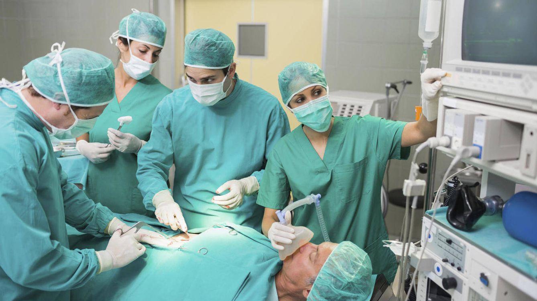 Ese médico que va a operarte trabajó ayer 16 horas entre la pública y la privada. ¿Relajado?
