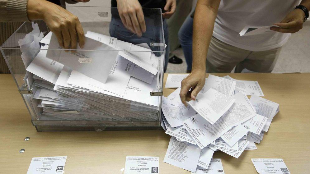 Foto: Así comienza el escrutinio en unas elecciones: miembros de una mesa electoral realizan el recuento. (Reuters)