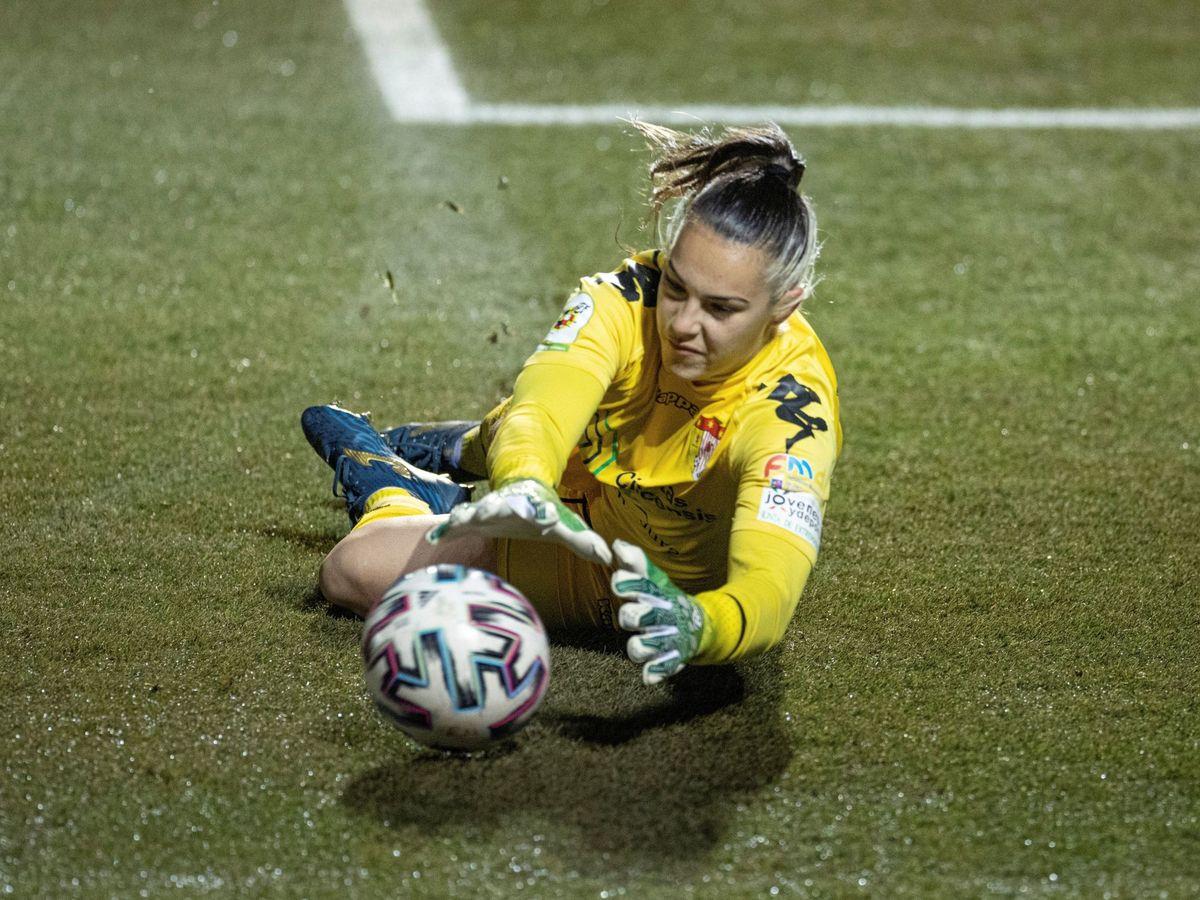 Foto: Yolanda Aguirre, en el partido del Santa Teresa contra el Real Madrid. (EFE)