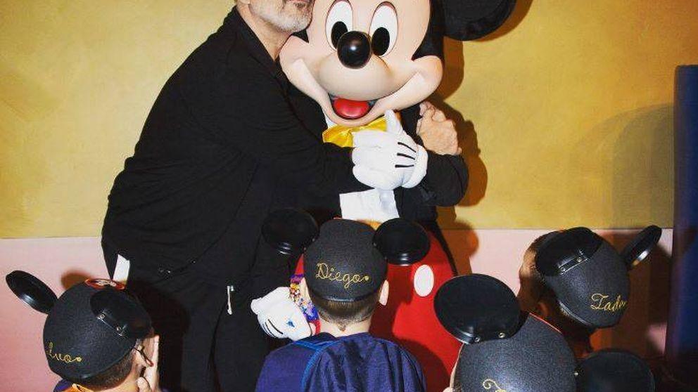 Bosé hace caja posando por primera vez con sus cuatro hijos en Disneyland