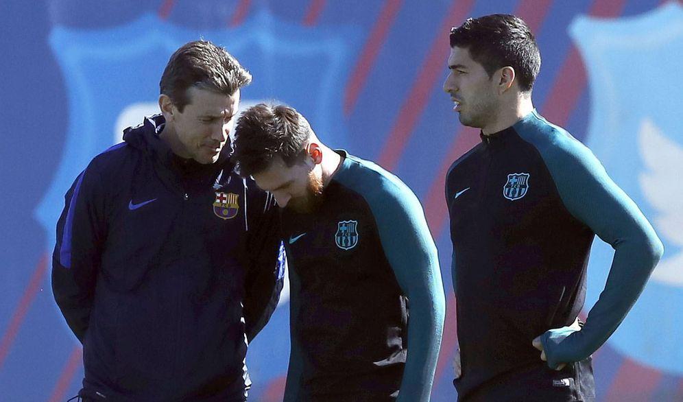 Foto: Juan Carlos Unzué charla con Messi durante un entrenamiento del Barcelona. (EFE)