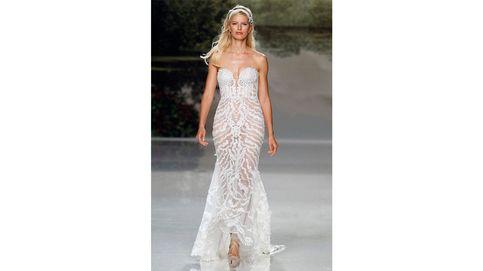 Karolina Kurkova muestra la nueva colección de vestidos de novia de Studio St. Patrick en la Bridal Week de Barcelona