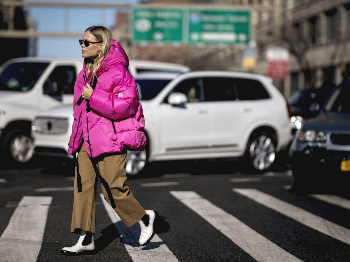 Foto: Una insider por las calles de Nueva York con un plumífero. (Imaxtree)