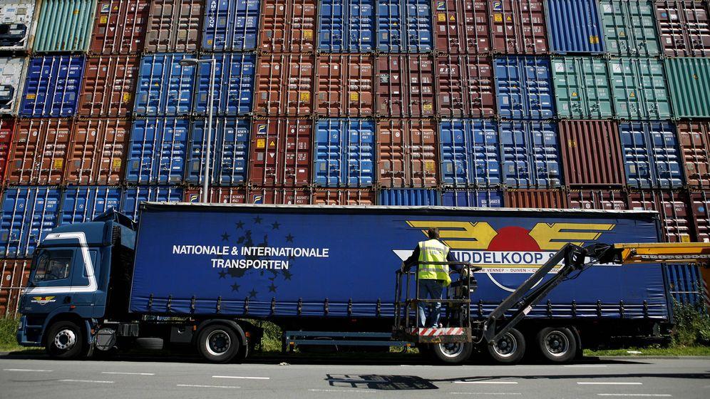 Foto: Contenedores a punto de ser embarcados en el puerto de Róterdam. (Reuters/Jerry Lampen)