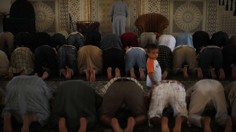 Musulmanes rezan en la mezquita de Fuengirola, en agosto de 2011 (Reuters).