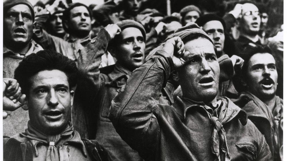 Foto: Robert Capa inmortalizó la ceremonia de despedida de las Brigadas Internacionales.