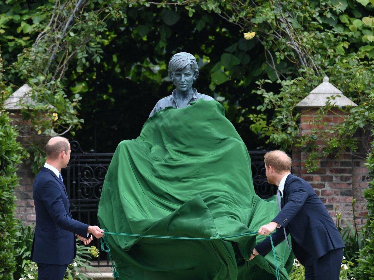 Foto: Guillermo y Harry, descubriendo la estatua de Diana. (PA)