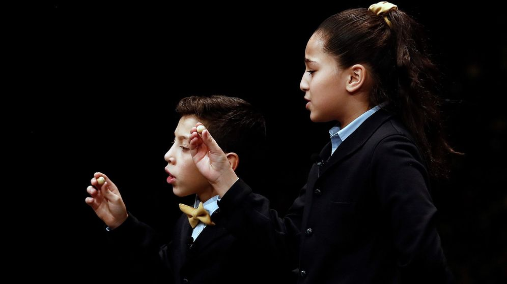 Foto: Dos de los niños encargados de cantar los premios en la Lotería de Navidad. (EFE)