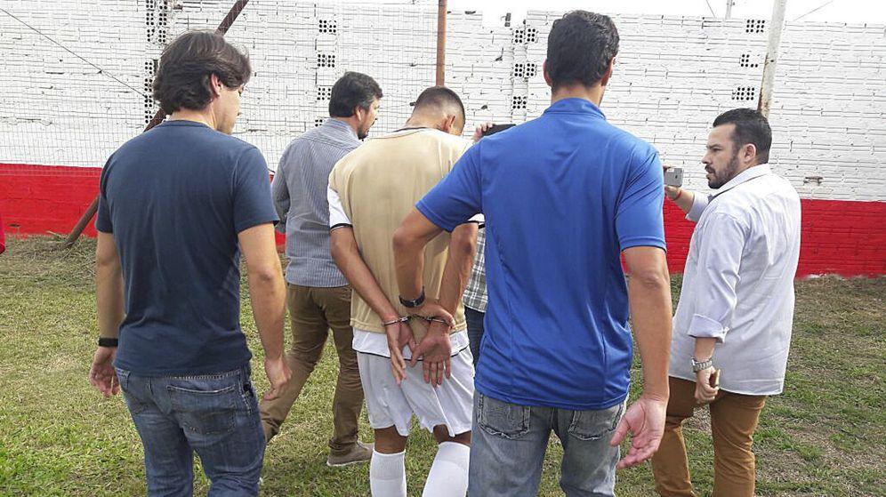 Foto: De Lima Alexandre, en el momento de abandonar el estadio detenido. (EFE)