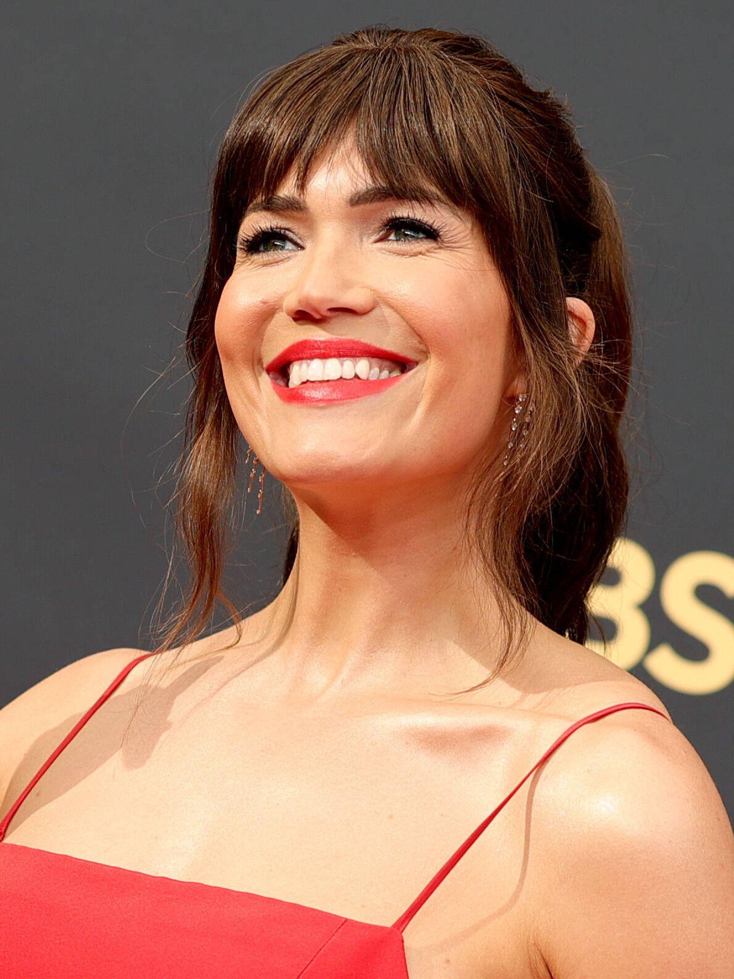Mady Moore lució uno de los peinados tendencia de los Emmy 2021, el flequillo curtain con coleta. (Getty)