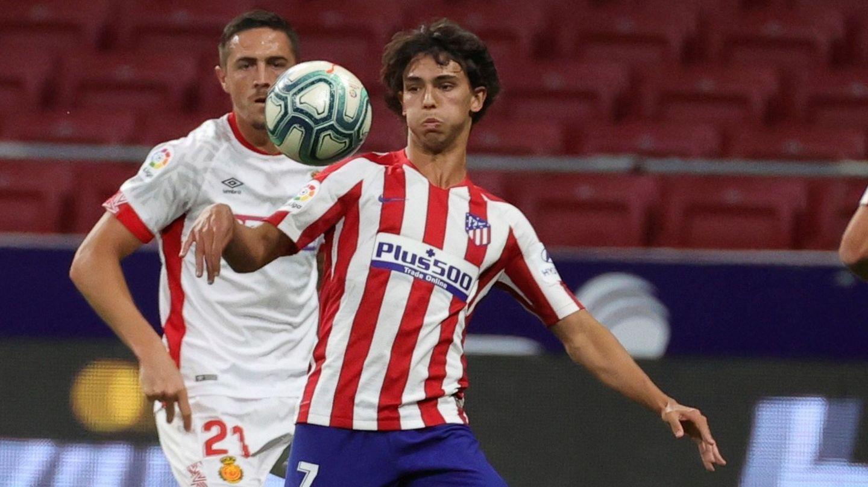 Félix intenta controlar la pelota ante la presencia del defensa del Mallorca, Antonio Raillo. (EFE)