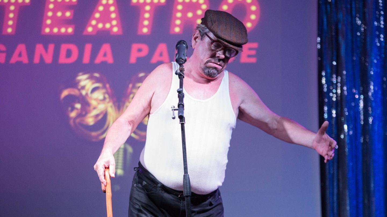 Juan Muñoz imita a un anciano durante su espectáculo.