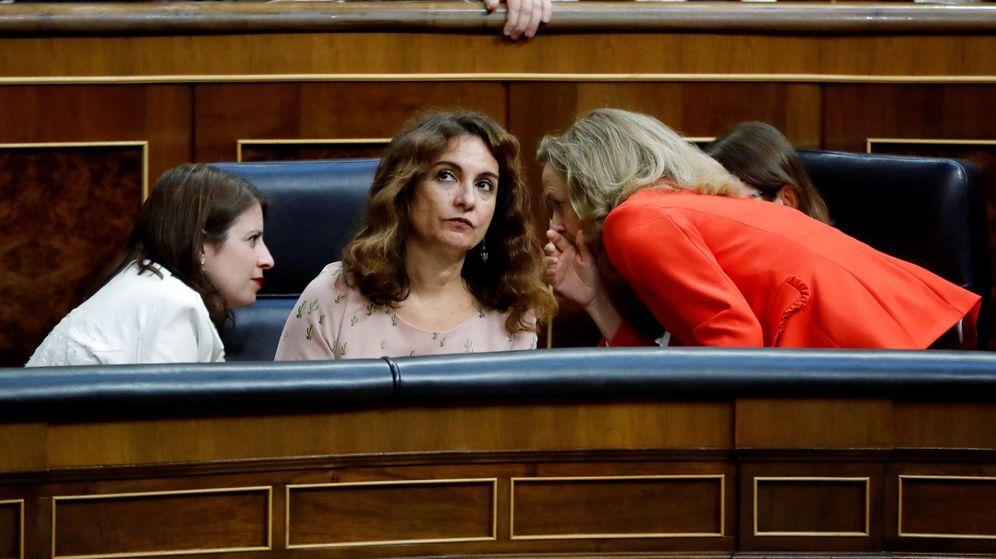 Foto: La ministra de Hacienda, María Jesús Montero (c), conversa con Adriana Lastra y la ministra de Economía, Nadia Calviño (d), en el hemicíclo del Congreso de los Diputados.