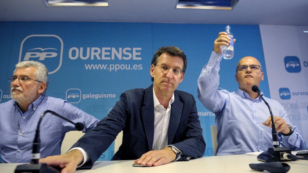 Foto: Alberto Núñez Feijóo, junto al vicepresidente de la Diputación de Ourense, Rosendo Fernández y el presidente de la Diputación de Ourense, Manuel Baltar. (EFE)