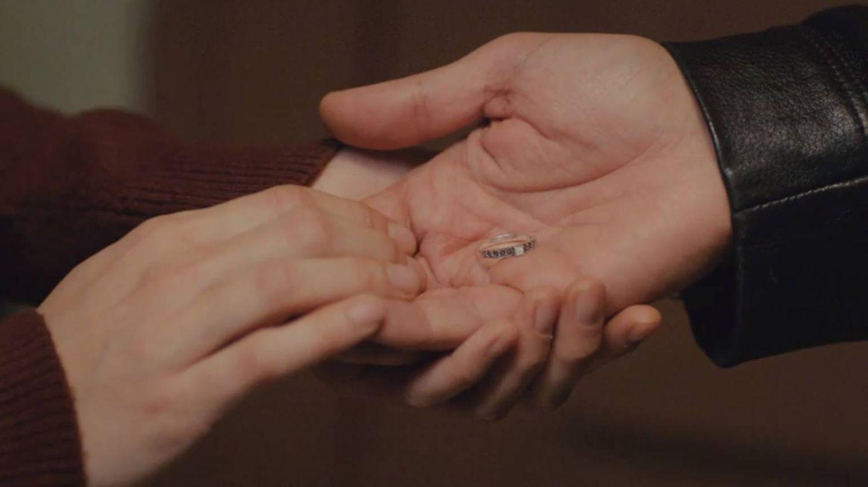 Bahar le devuelve el anillo a Arif. (Atresmedia)