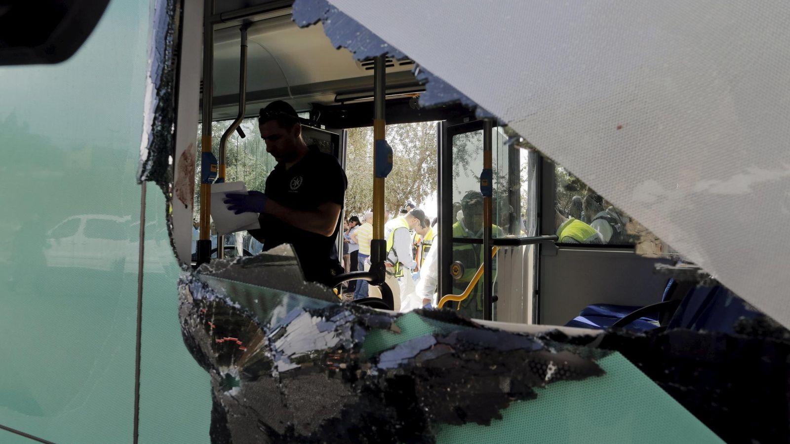 Foto: Un policía israelí en la escena de uno de los ataques en Jerusalén, el 13 de octubre de 2015 (Reuters).