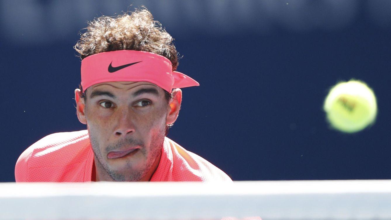 Foto: Rafa Nadal observa la pelota llegar. (Reuters)