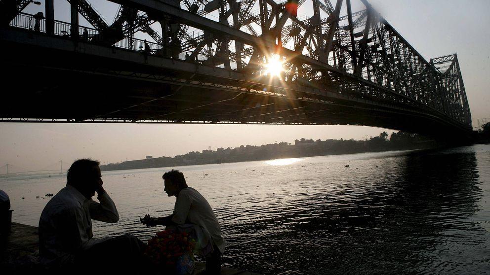 Un mago indio intenta imitar un truco de Houdini pero desaparece en el río